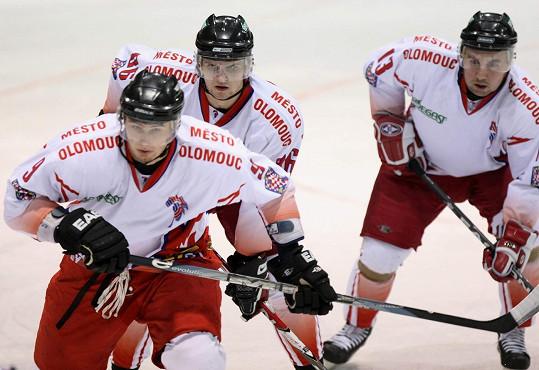 Stojednadevadesát centimetrů vysoký hokejista (vpředu vlevo) pochází stejně jako úspěšná tenistka z Moravy.