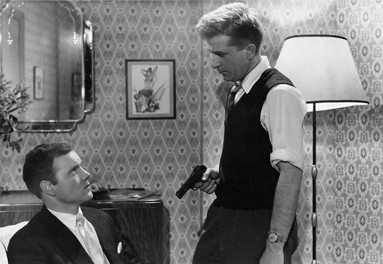 Kenneth Cope ve filmu Naked Fury (1959). Na životní roli čekal ještě deset let.