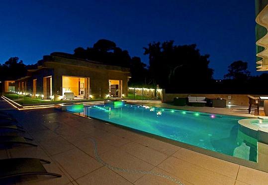 Osvětlený bazén vypadá senzačně.