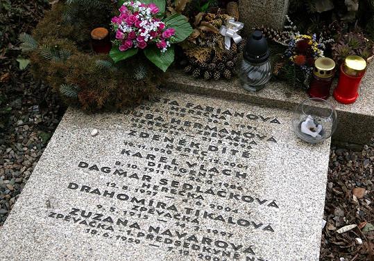 Místo posledního odpočinku našla ve společném hrobě umělců na Vyšehradě