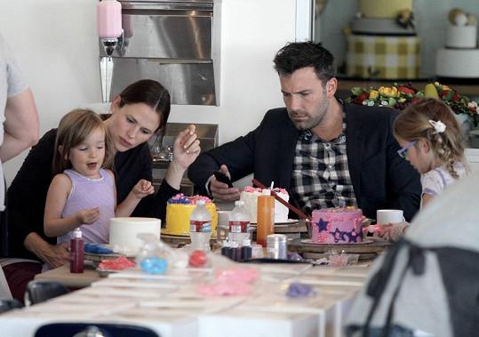 Garner s manželem Benem Affleckem a jejich dcerami Violet a Seraphinou