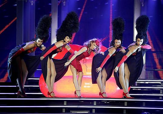 Australanka povolala k sobě i několik sličných tanečnic.