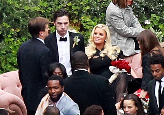 Zpěvačce nedělal doprovod její manžel, ale kamarád ženicha Zach Braff.