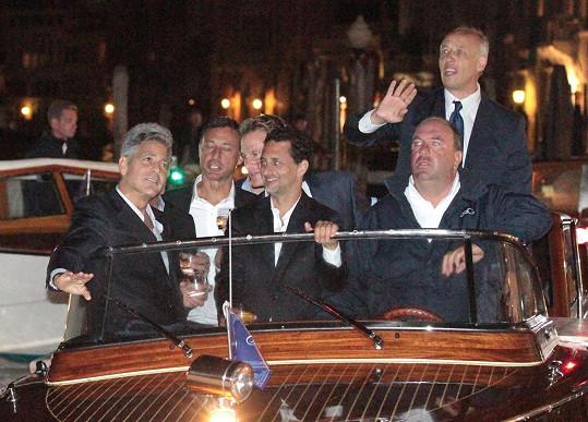 Na včerejší slavnostní večeři připlul ženich Clooney s kamošema.