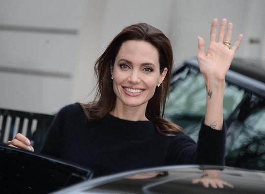 Ruce Angeliny jsou jen kostmi potaženými kůží.