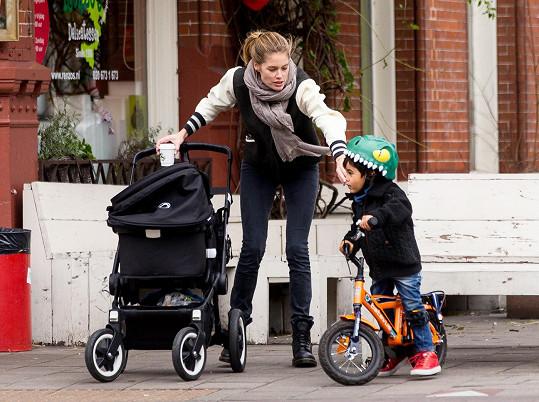 Doutzen Kroes na procházce se svými dvěma dětmi.