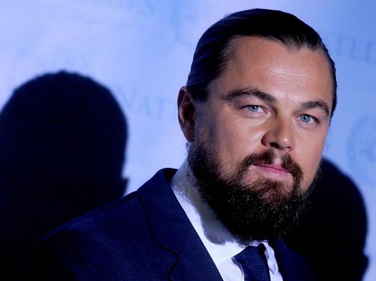 Leonardo poněkud sešel, přesto nemá o krásné ženy nouzi.
