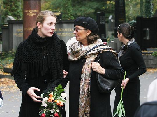 S Jiřinou Steimarovou se v roce 2007 loučila dcera Evelyna s vnučkou Aničkou Polívkovou, která se podobou víc potatila.