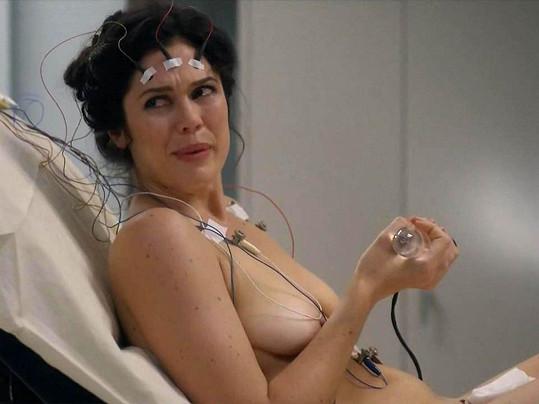Mariel Neto v roli Leslie musela odhodit veškerý stud.