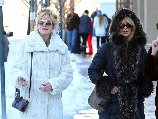 Ve fešném zimním oblečení herečkám určitě zima nebyla.