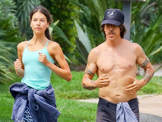Pár spolu v Malibu chodí běhat.