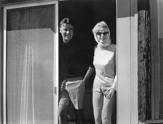 Bobbyho švagr Peter Lawford měl být posledním mužem, který mluvil s Marilyn. Ve vzpomínkách přiznal, že sexbomba Bobbymu vyhrožovala skandálem.