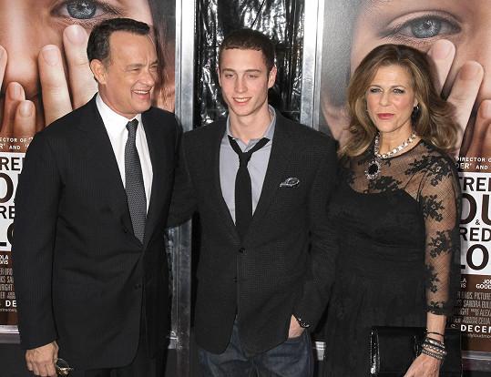 Chester s otcem Tomem Hanksem a matkou Ritou Wilson na premiéře filmu Neuvěřitelně hlasitě a nesmírně blízko.