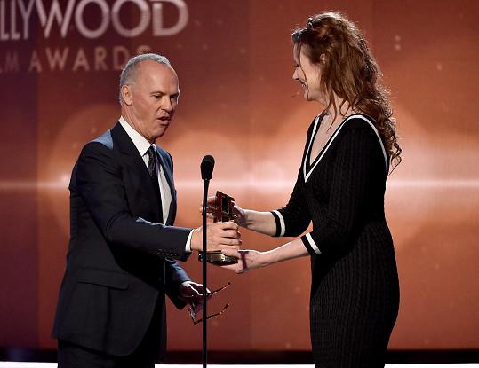 Michael Keaton z rukou nestárnoucí Geeny Davis přebíral na pódiu cenu.