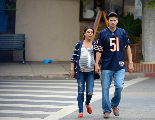 Milu Kunis všude doprovází její snoubenec Ashton Kutcher.