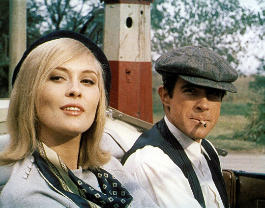 Faye Dunaway s Warrenem Beattym v gangsterce Bonnie a Clyde.