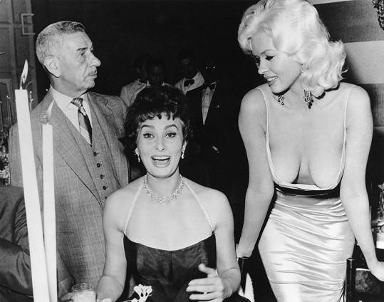 Na večeři v Beverly Hills v roce 1957 svým dekoltem Sophii Loren Jayne totálně šokovala.