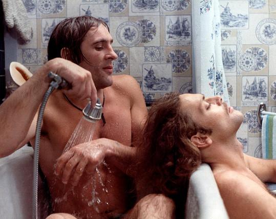 Gérard Depardieu měl v kontroverzním filmu Buzíci (1974) několik nahých scén.