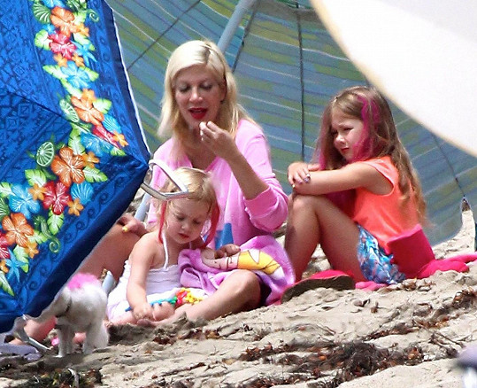 Tori barvila svým malým dcerám vlasy na růžovo. Zbytek napatlala i na jejich domácího mazlíčka.