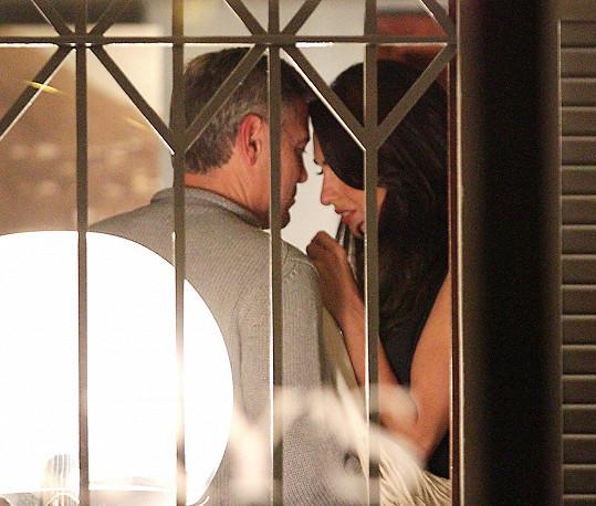 Něžnosti na veřejnosti? Vedle své Amal se George Clooney nebrání ničemu...
