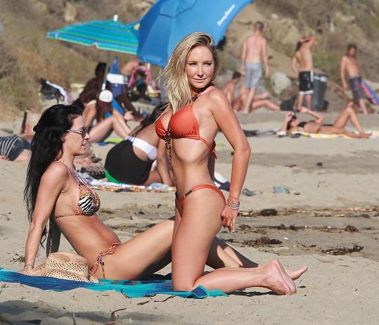 Nikki Lund na pláž v Malibu vzala svou neméně pěknou kámošku.
