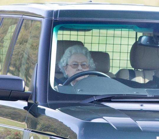 Alžběta řídí auto i v 88 letech.