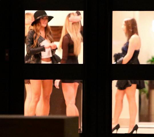Fotografové zvěčnili dámské osazenstvo ještě v lobby bytového komplexu, kde má Bieber rozlehlý apartmán.