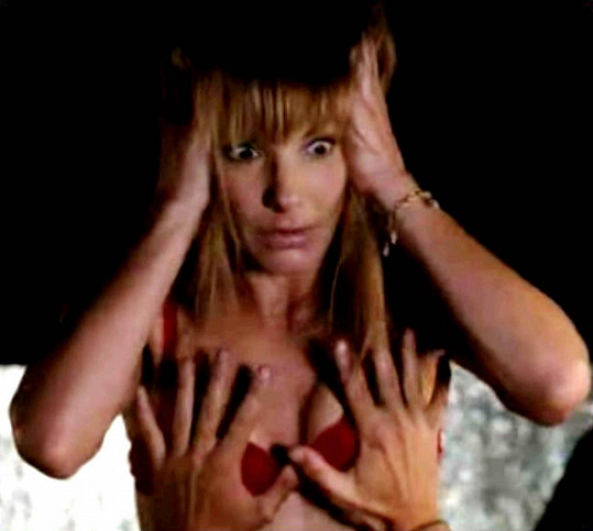 Ve filmu Slečna zamilovaná (2009) si Sandra nechala ohmatávat prsa Bradleym Cooperem.