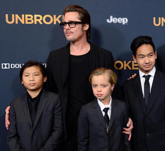 Brad Pitt se svými syny a Shiloh na premiéře filmu Nezlomný.