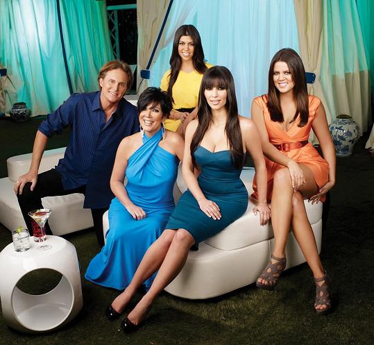 Kris se svými dcerami Kim, Khloé a Kourtney. S Brucem má ještě Kendall a Kylie.
