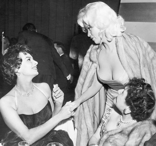 Obě slavné herečky se setkaly na večírku v kalifornské hotelové restauraci Romanoff's.