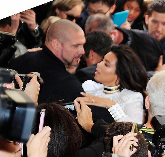 Kim před pádem na zem uchránil její osobní strážce...
