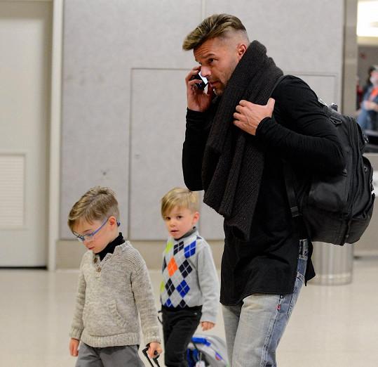 Ricky Martin se svými dvojčaty.