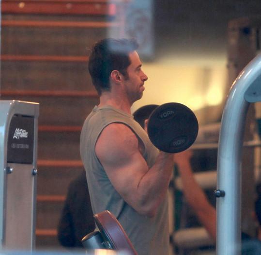 Hugh Jackman se vzepřel nemoci a cvičí jako o život.