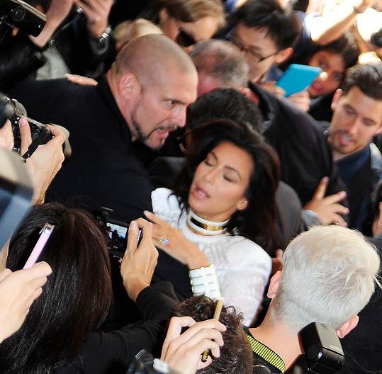 Kim Kardashian tahal Seďuk zezadu za vlasy, ochranka ale k zemi poslala jeho.