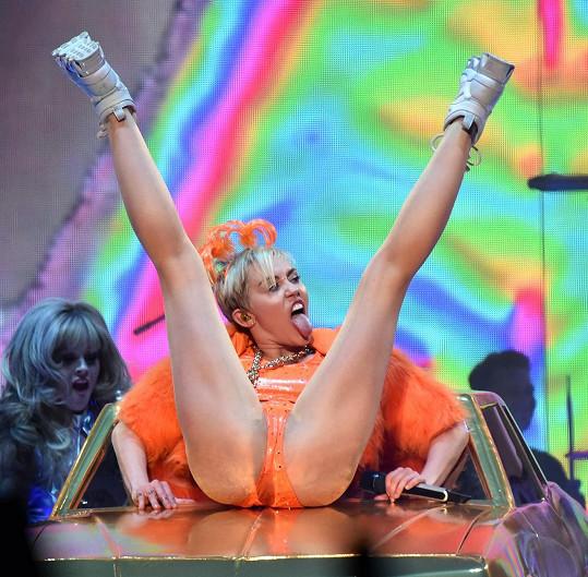 Koncerty Miley Cyrus by měly být dětem nepřístupné.