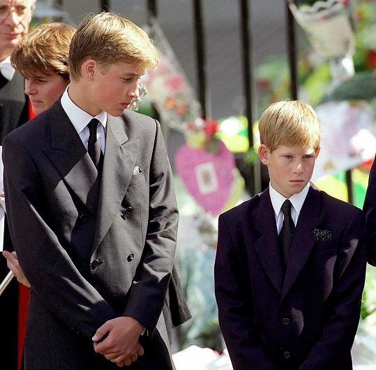 William a Harry nemohli projevit emoce ani na pohřbu své maminky.