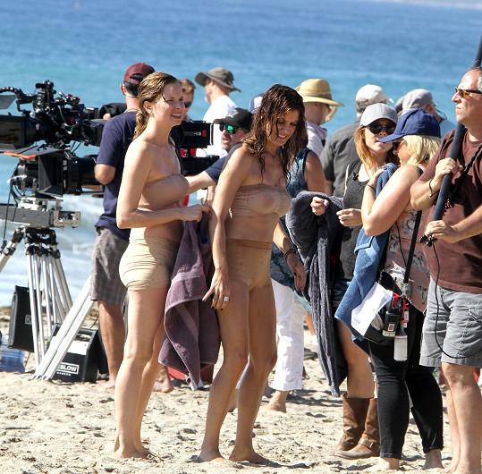 Kate Walsh nebyla jedinou herečkou, která se musela obléknout do prosvítajících 'plavek'.
