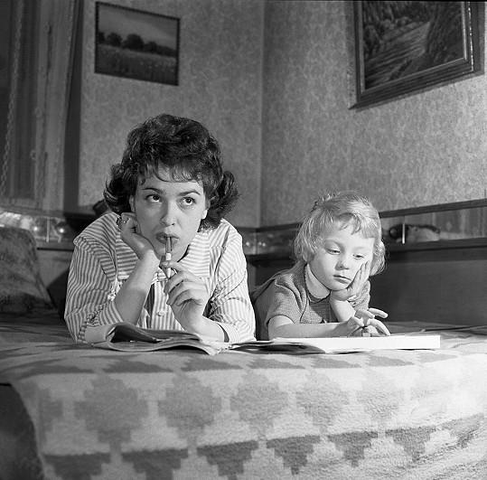 Takhle trávily volný čas Jiřina Bohdalová se svou malou dcerou Simonou.