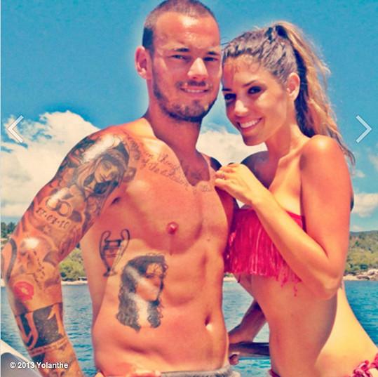 Wesley Sneijder má po svém boku prvotřídní krásku.