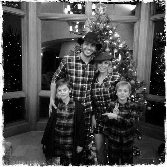 Britney Spears si se syny a přítelem udělali pyžamovou vánoční párty.