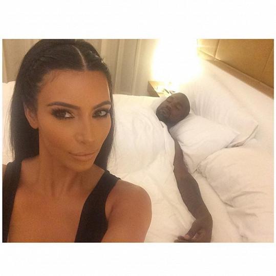 Kim Kardashian zvěčnila při spánku manžela.