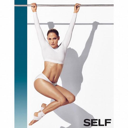 Sexy čtyřicátnice pózovala jako gymnastka.