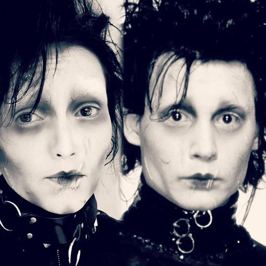 Ani Střihoruký Edward (Johnny Depp) šikovné maskérce nečiní problém.