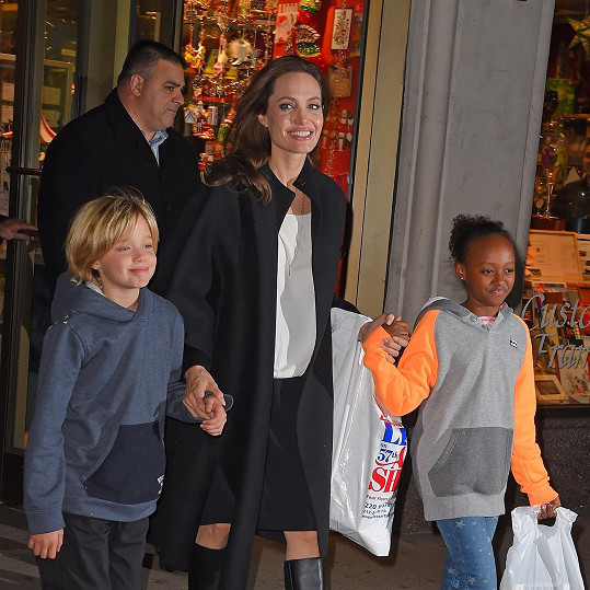Shiloh s Angelinou Jolie a sestrou Zaharou.
