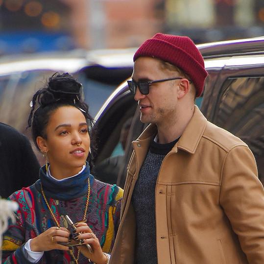 Zpěvačka s přítelem Robertem Pattinsonem.
