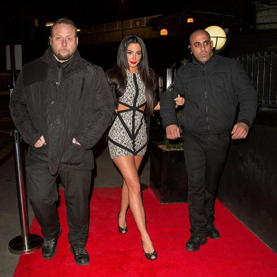 Do klubu v centru Londýna dorazila o víkendu se svými ochránci.