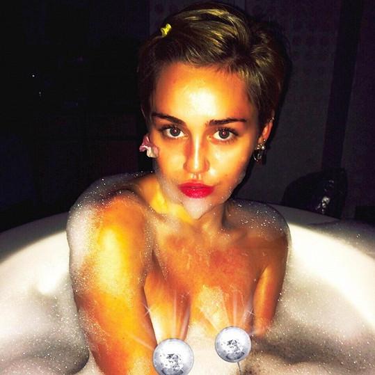 Miley si dala sponku do vlasů, aby vypadala nevinně....