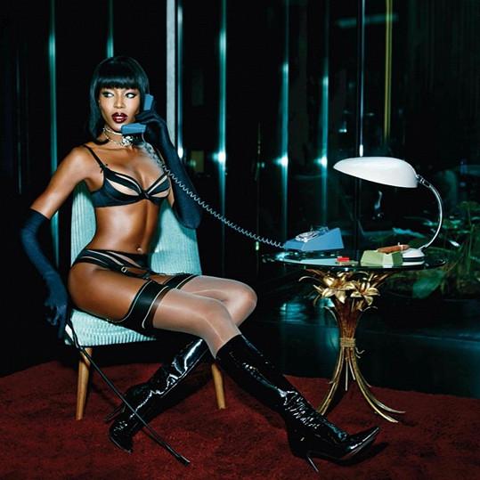 Pevná postava Naomi Campbell nikdy neomrzí.