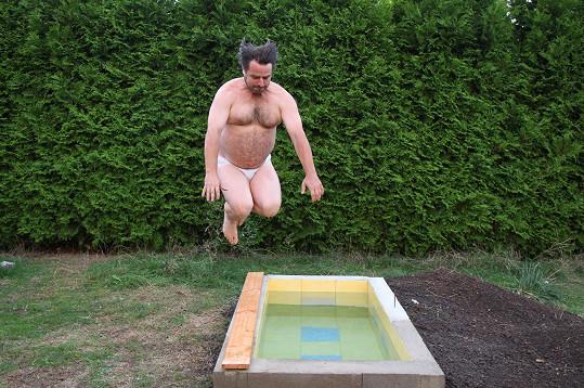 Zdeněk Macura si sám vytvořil bazének.